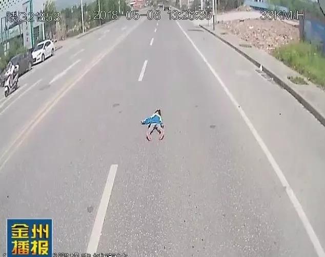 越野车撞倒路人!城区发生的这些车祸告诉我们图片