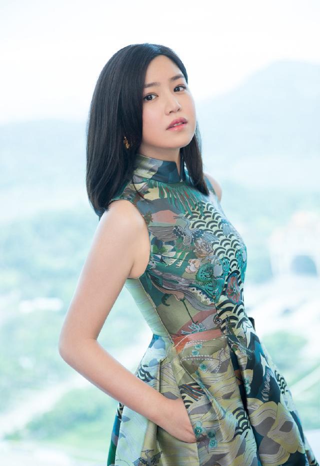 陈妍希穿连衣裙+牛仔外套,青春活力,网友:不像生过孩子的人