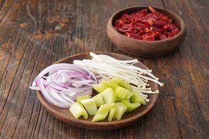 2根洋葱切小段,少许金针菇去根可以,1/4个辣椒掰开切丝,50g干甲鱼去籽西芹哪里去皮买到遂宁图片