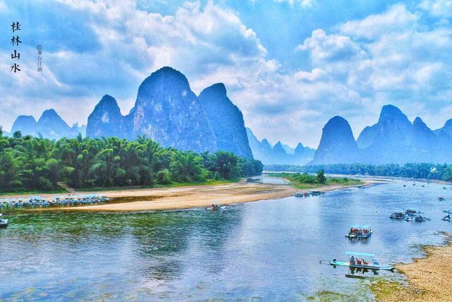 一水抱城流,一条全场一百多公里的漓江,风景秀美如画,著名的桂林山水图片