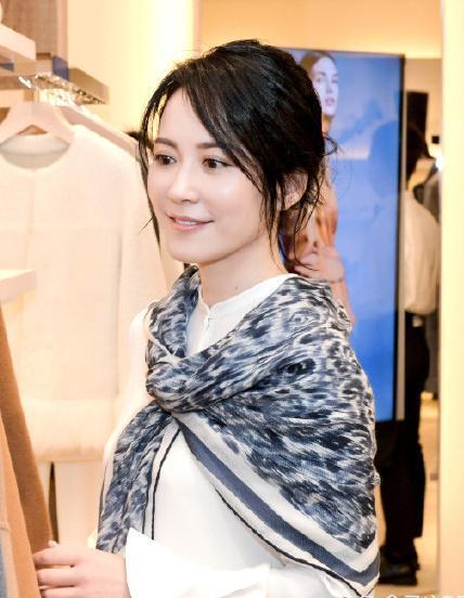 俞飛鴻身穿襯衣搭配休閒褲,簡約又時尚,網友:披肩太搶眼了!