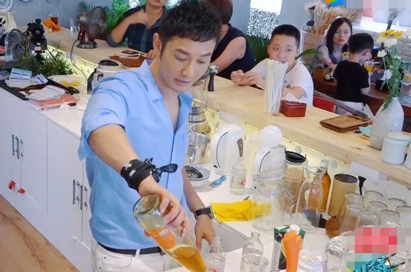 黄晓明背着包就要求干活,还和王俊凯抢碗洗!太敬业了!