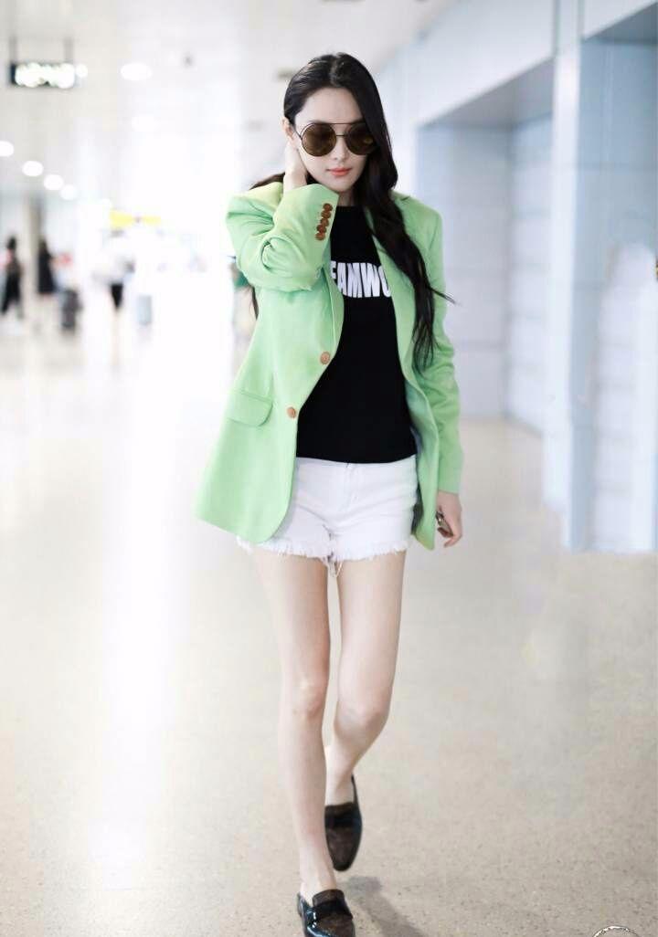 张馨予是有多想不开?大夏天穿外套就算了,还要穿显黑的绿色!