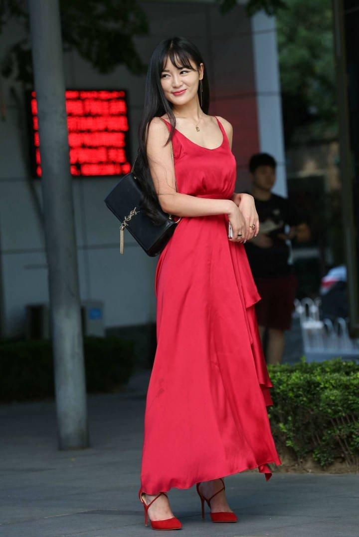 街拍:每个女生都值得拥有一件完美的红裙子!