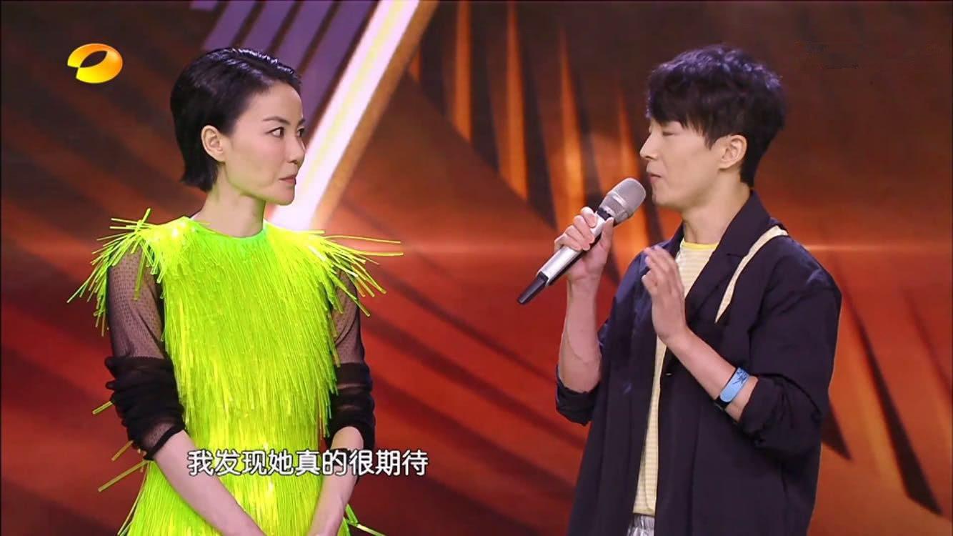 """王菲真会玩,夸张荧光绿连衣裙搭配深紫高筒袜,真像""""毛毛虫""""!"""