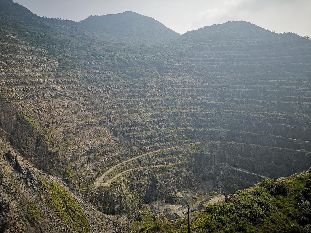 亚洲第一天坑,世界第一高陡坡,竟是人类开采出来的