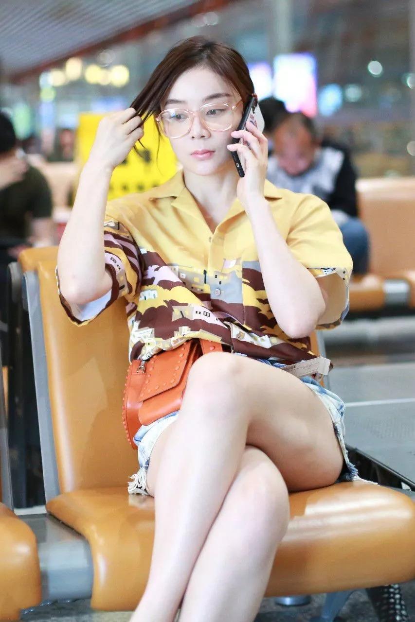 袁姗姗浑身虚胖,坐下来腿部赘肉摊平,白的发亮!