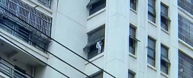 六安上城国际!一女子爬上12楼要跳楼轻生!
