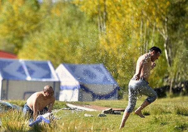 西藏的沐浴节:男女老少都在清澈的河里沐浴7天