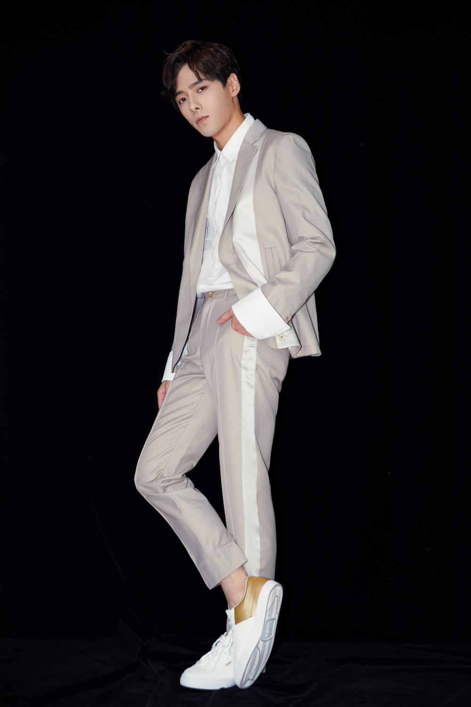 方逸伦西装范儿时尚十足     完美男神高冷来袭