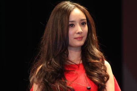杨幂这款露额的中长发大波浪发型,一身红色连衣裙,短卷发既性感妩媚图片