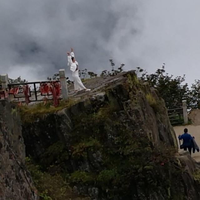 峨眉山金顶连续跳崖:为什么他们都会在这块石头上跳下去?