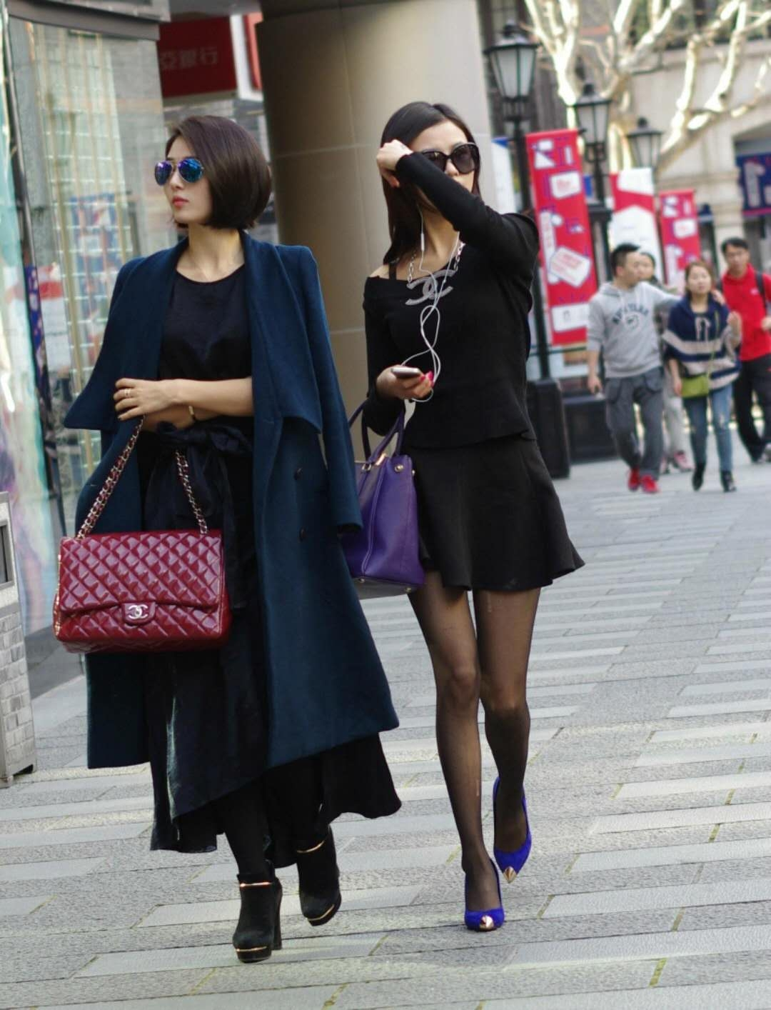 丝袜跟高_街拍:小姐姐出街品味高 ,穿黑丝袜高跟鞋秀美裙_ 丝袜
