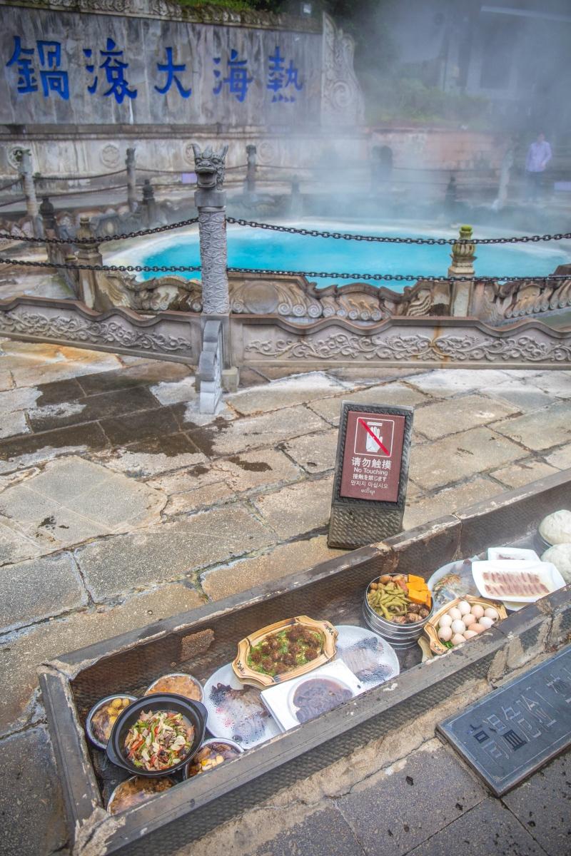 腾冲热海大滚锅蒸熟千元美食,据传喝当地温泉水可怀龙凤胎
