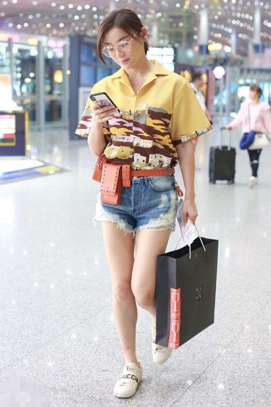 """袁姗姗""""马仔装""""现身机场,网友:看到腰包以为是骑马回来的!"""