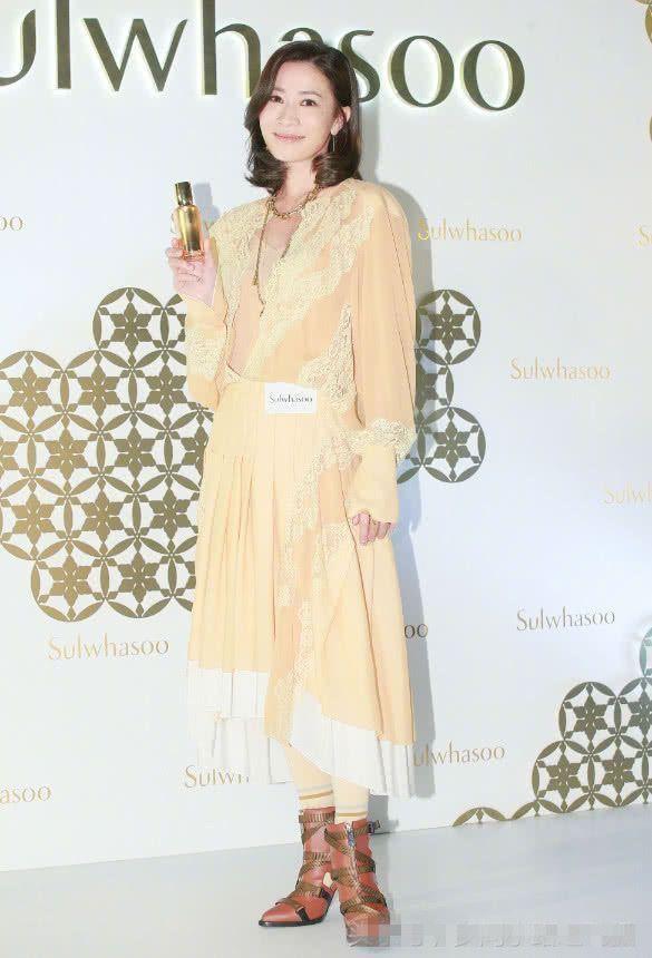 """黄色""""床单裙""""搭配丝袜马丁靴,土味十足,不敢相信她是佘诗曼!"""
