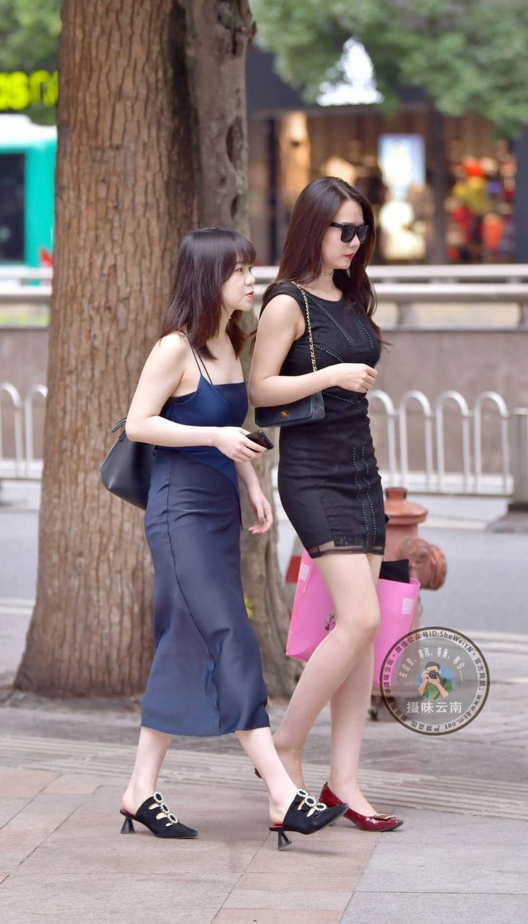 街拍:小姐姐和闺蜜初秋出街,一袭黑色连衣裙性感优雅