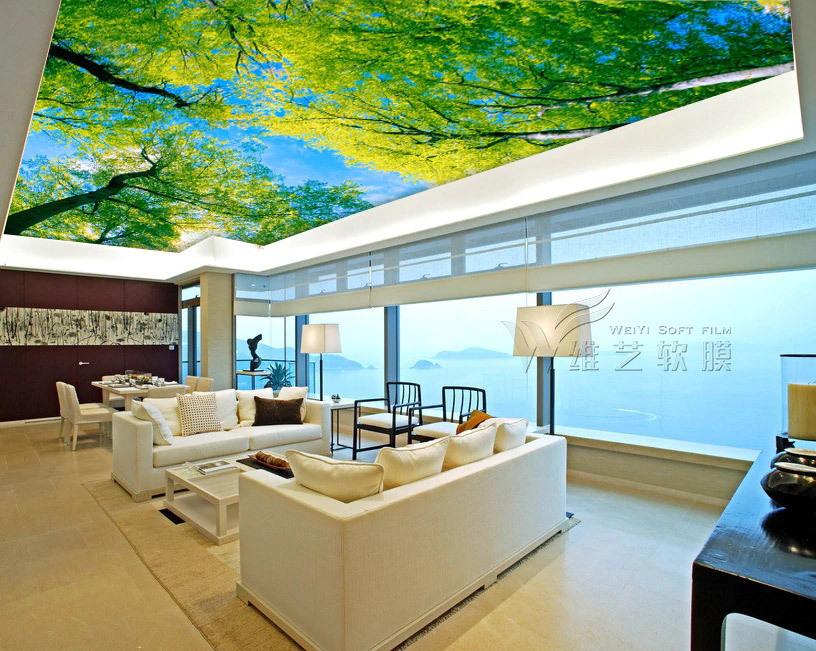 客厅软膜天花吊顶效果图  采用绿色大树图案,蓝天白云图案的发光软膜