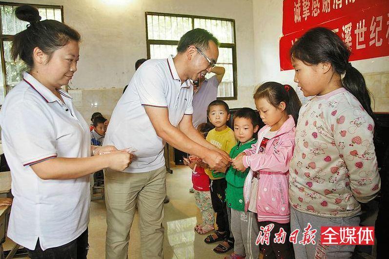 市志愿者协会联合爱心人士为山区儿童送温暖
