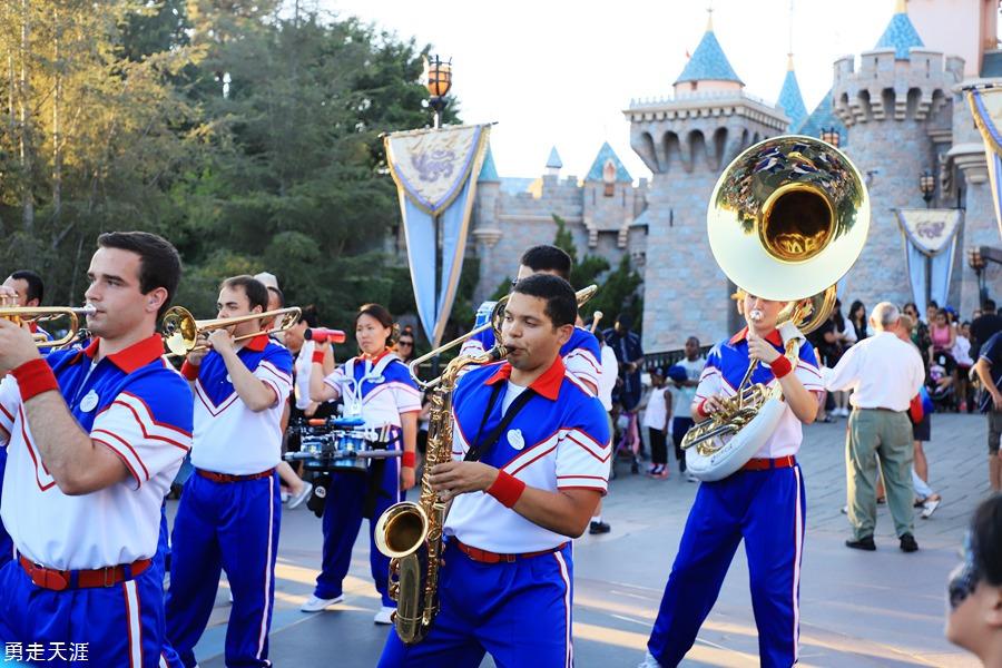 一个人走在街道上dj_美国洛杉矶迪士尼乐园和加州冒险乐园_城堡