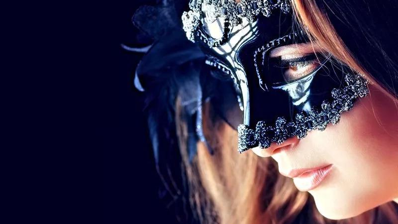 虽然现代人把面具当成一种装饰性的艺术品看待,但化妆舞会,节庆游行图片