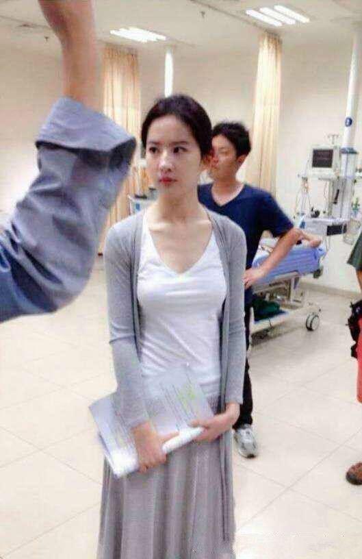 好久不见的刘亦菲,目测比郑爽瘦5斤,网友:她也节食减肥了?