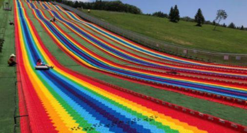 色彩炫丽的滑道,像一道彩虹挂在山坡