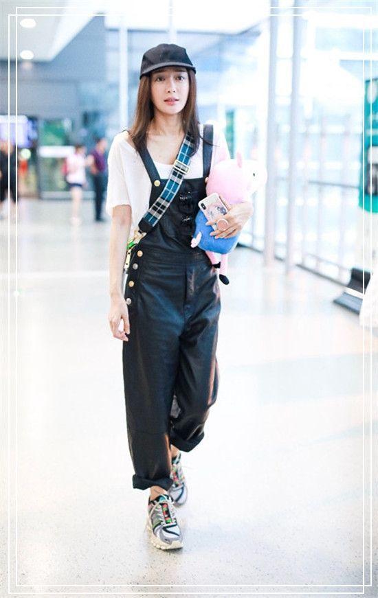 36岁秦岚为何至今单身?看到她的深V毛衣后,我瞬间恍然大悟了!