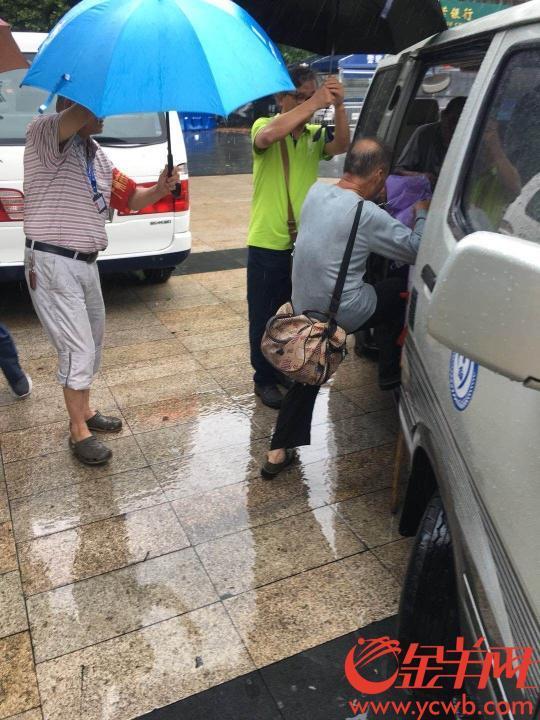 感动!台风中,他们苦劝78岁流浪老人进救助站