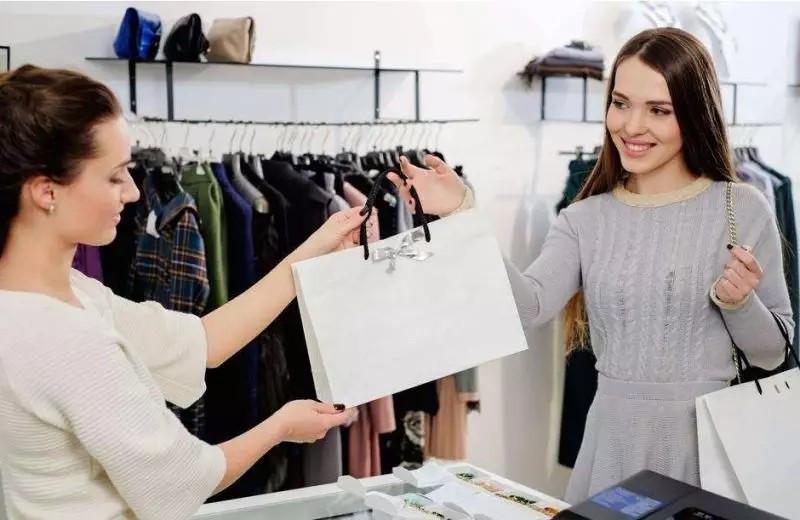 国庆是服装店迎来真正的服装销售旺季的时间,尤其是前面还有一个中秋节。服装店的新款优惠、旧款促销、其他促进消费的措施都会集中展示出来。有了好的促销策略与思路,最后还