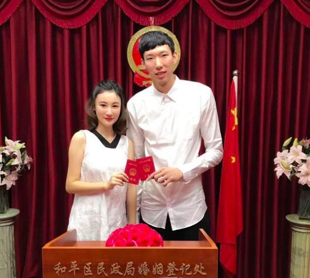 恭喜!22岁周琦与空姐女友领证结婚,女方秀鸽子蛋钻戒甜蜜合影