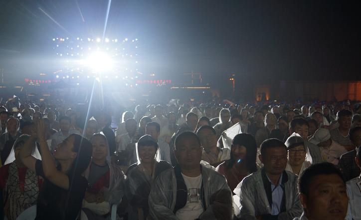 """中国农民电影节暨公益晚会""""丰收中国·欢聚天中""""在西平县开幕图片"""