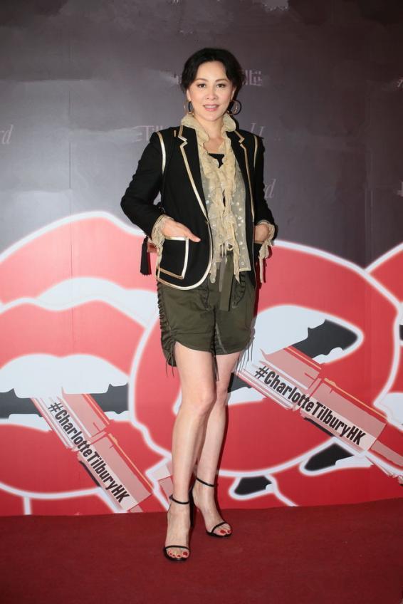 52岁刘嘉玲穿大红波点裙霸气登场,比25岁小花还要美!女王会打扮
