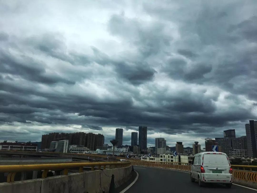 12月1日云南省曲靖市气象台发布寒潮蓝色预警