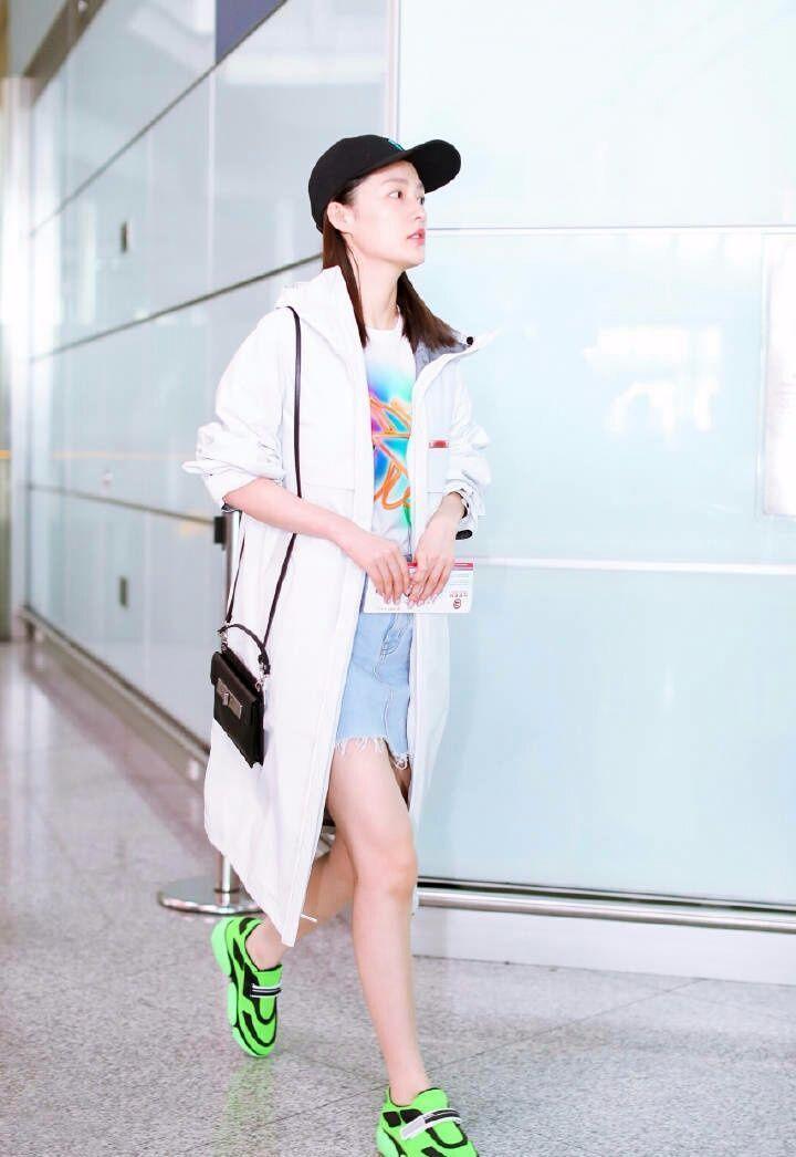李沁本想秀新鞋,没想到大家却关注她的素颜!网友:忘记画眉了?