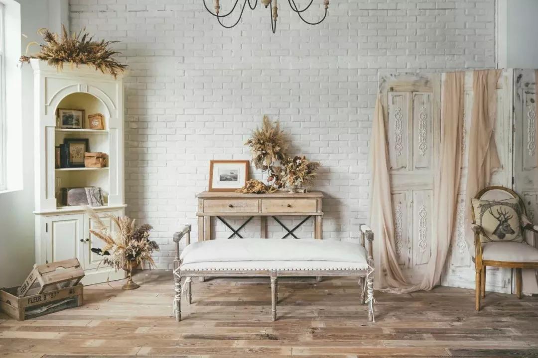 法式浪漫的小场景,沙发干花烛台等等,这个房间比较适合复古风格,建议