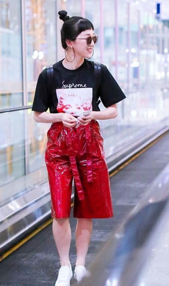 """Yamy""""油漆裤""""现身机场,网友:不敢靠近,怕弄衣服上!"""