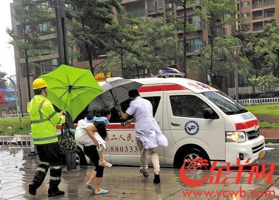 【暖新闻】风雨中高烧女童被送上救护车 孩子父亲着急中坚守岗位