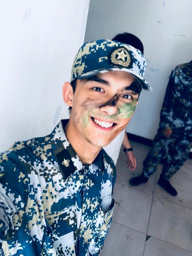 吴磊军训结束自拍 三石弟弟对镜头灿笑帅气不减