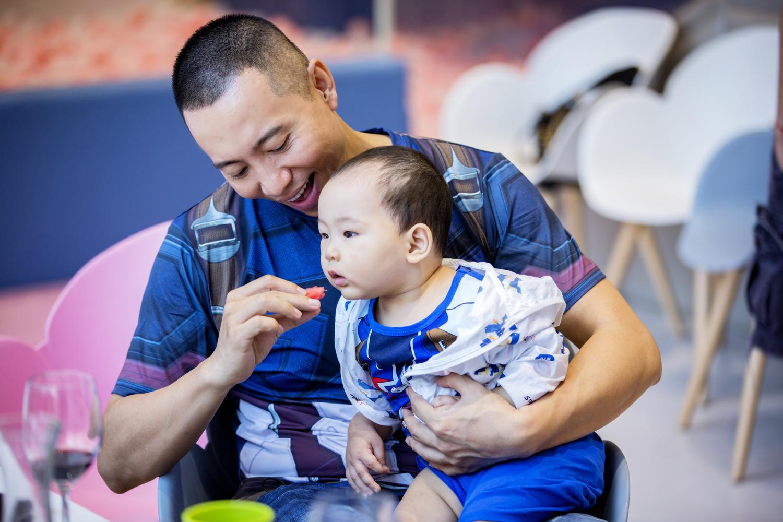 谷智鑫为儿子庆生,亲子互动