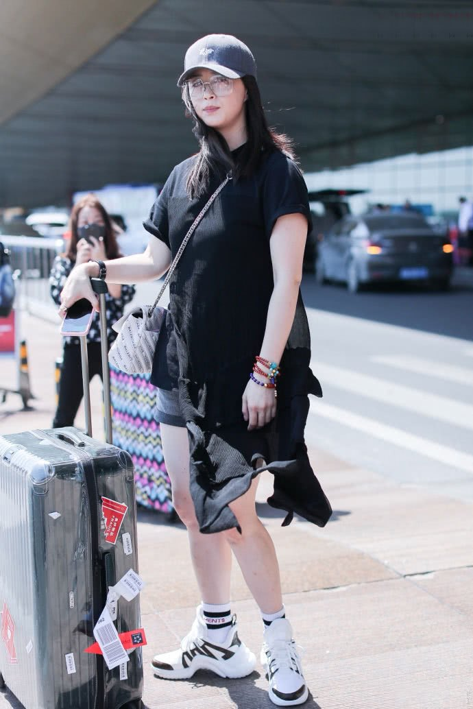 女神不再,林志玲薄纱透出黑色内搭,搭配破洞牛仔裤直接穿成蒋欣