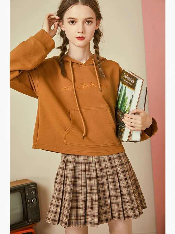 秋季通勤上班怎么穿?时髦减龄格子裙看一下,网友:重回18岁了