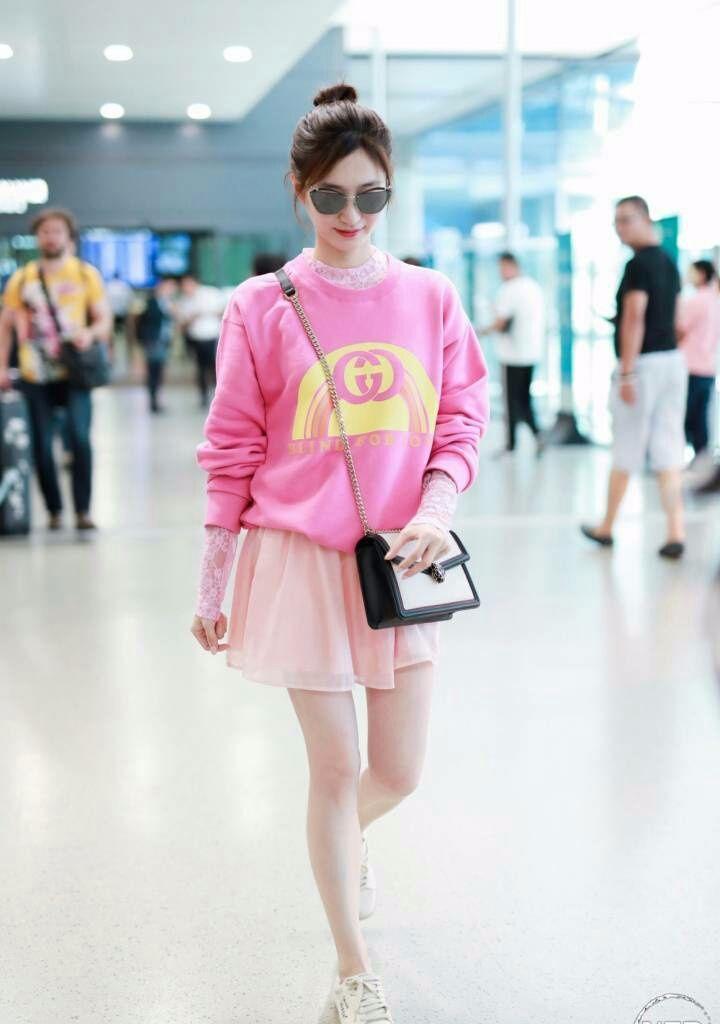 江疏影真会装嫩,穿一身粉色就算了,还要加条粉色蕾丝短裙!