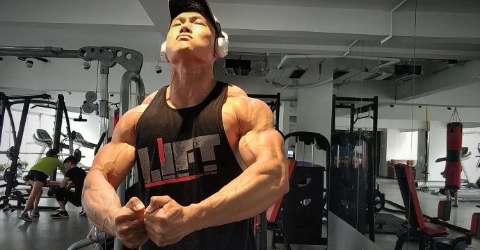 成都肌肉满身腹肌学霸,每一块体育都用心整形,学院肌肉像漂流金蟾岛打造图片