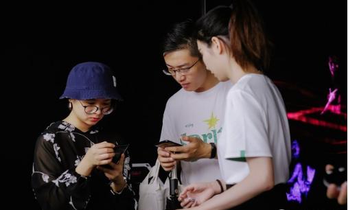 手机市场的生存法则:OPPO快闪店降临深圳做足了未来感丨深圳快闪