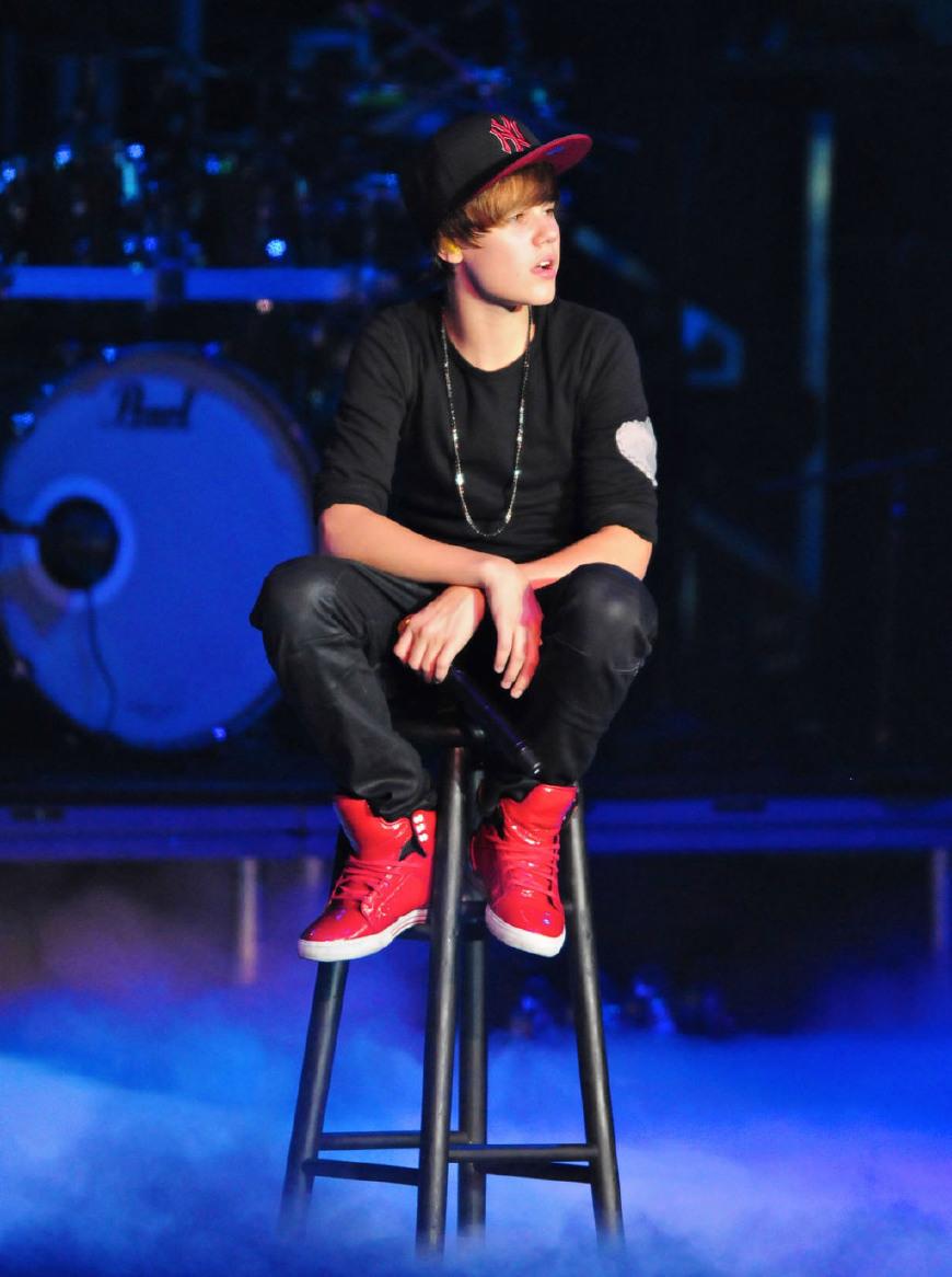 Justin Bieber同未婚妻外出,不拉拉链露内裤,裤子不能提一提?