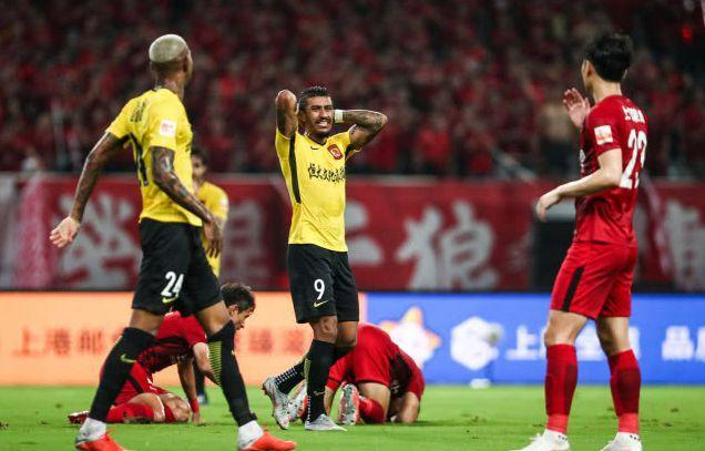 心疼!随恒大来上海再成看客,赛后一人落寞离开,合同到期走人?