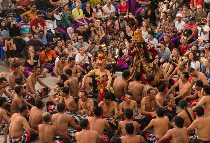 猴王、火焰、赤裸上身,巴厘岛落日下的震撼表演