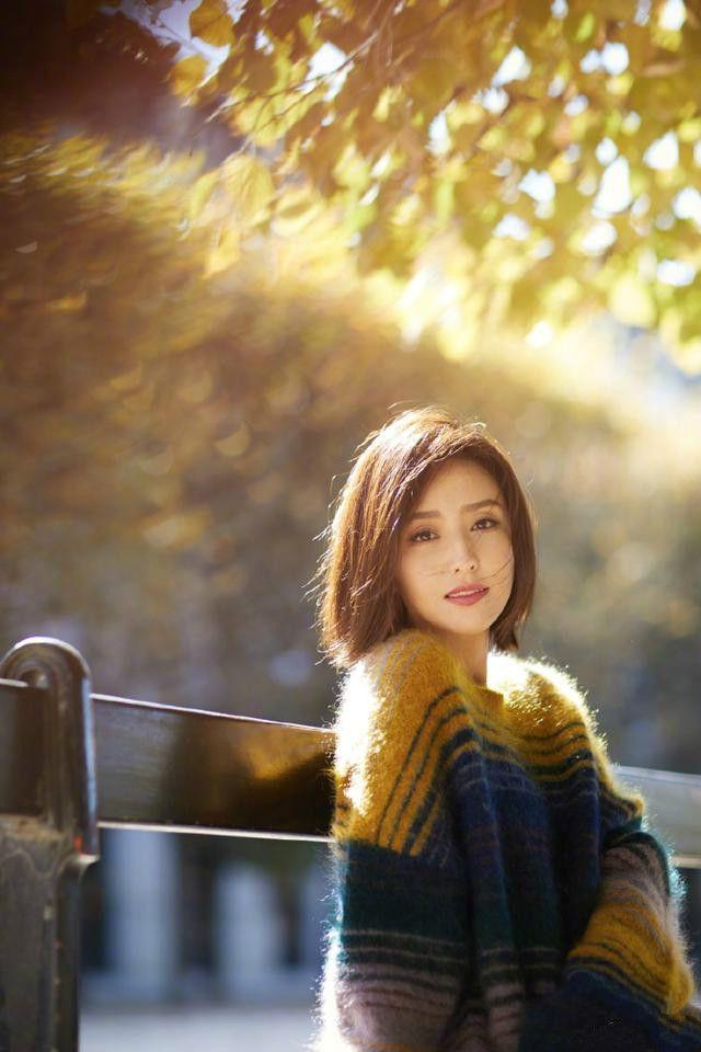 佟丽娅换了化妆师?看起来清新秀气,毛衣十分抢眼!