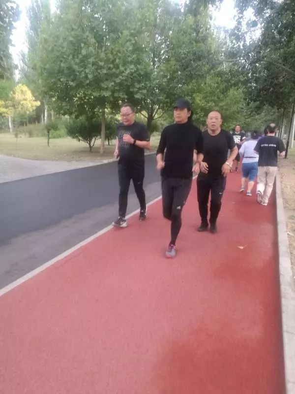 63岁周润发在朝阳公园轻松慢跑,你遇见了吗?[多图]